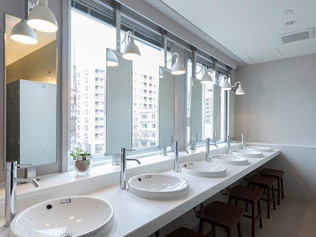 Japán szállás kapszula hotel Tokio Akihabara fürdőszoba