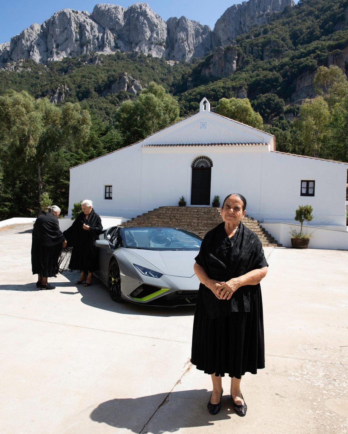 Szardínia idős nénik Lamboghini Huracan templom pózolnak