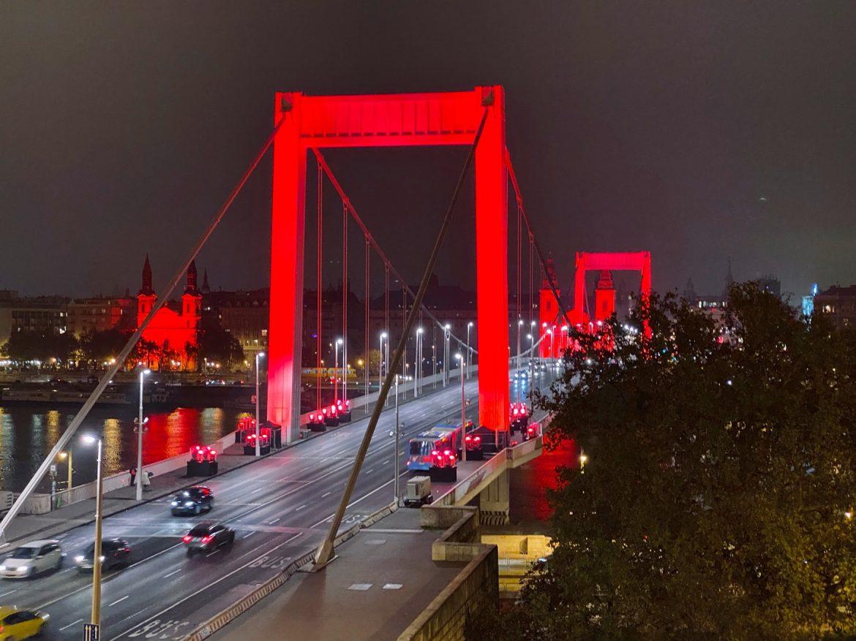 Vörös szerda Budapest piros díszkivilágítás red wednesday Erzsébet híd fények