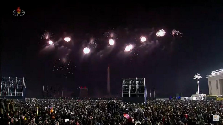 Észak-Korea szilveszter újévi ünnepség 2021 tűzijáték tömeg koncert Phenjan