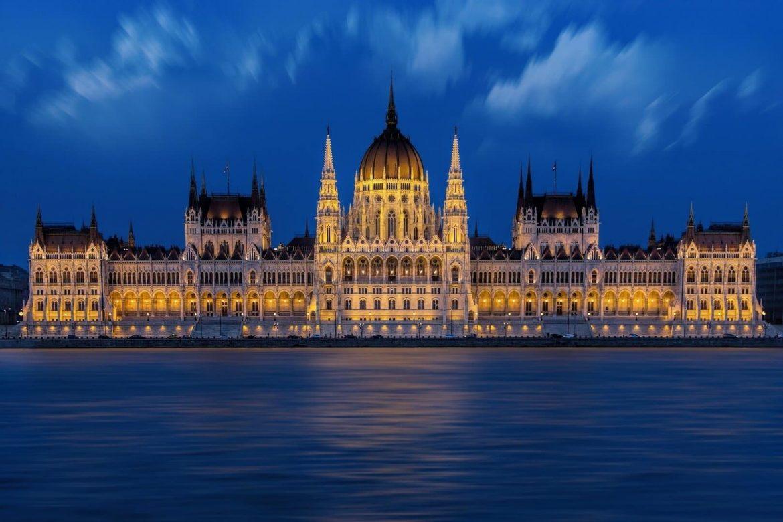 lezar Magyarország 2 hétre bezárnak üzletek szigorítás kijárási korlátozás tilalom
