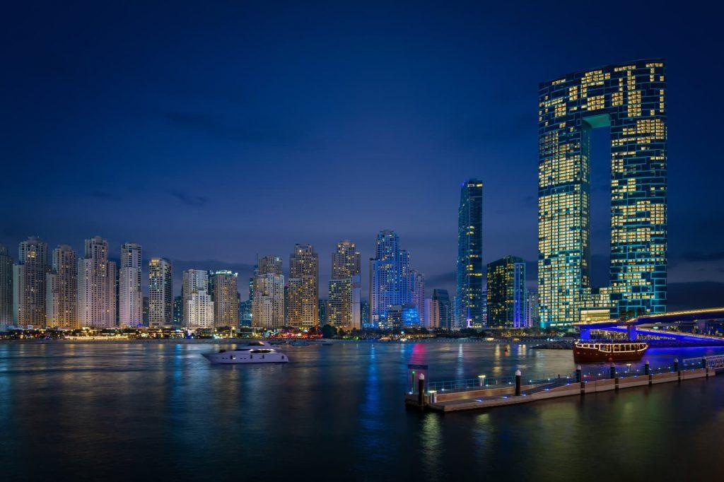 Address beach resort Dubaj éjszakai fényei