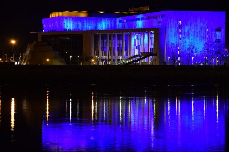 Autizmus világnapja díszkivilágítás Budapest kék kivilágítás MÜPA